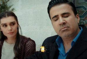 Aşk ve Mavi 24. Bölüm Ali'nin Söylediği Türkü Kırmızı Gül Demet Demet